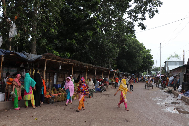 Haggling women in the vegetable market in Kurail Slum Area, Dhaka. Credit: Khulna University.