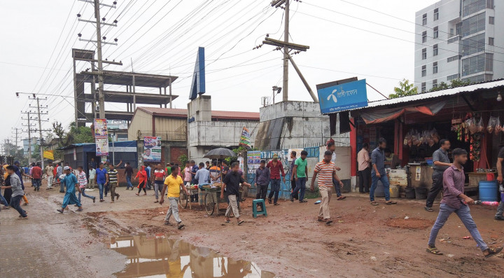 Stream of people travelling from work towards home in Zirabo. © 2020 SHLC Bangladesh.