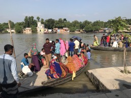 Locals using boats for daily commute in Noapara, Bangladesh © Hanna Ruszczyk