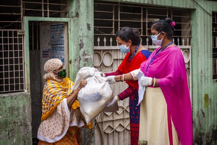 COVID-19 emergency response activities, Madartek, Basabo, Dhaka. Credit: UN-Women